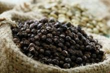 Cloves, Star Anise, White Pepper, Black pepper, Capsicum, chili, spices, herbs, grains,/
